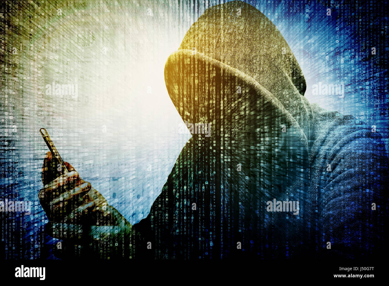 Doppelbelichtung von vermummten Cyber-Kriminalität Hacker mit Handy Internet hacking in den Cyberspace, Online Stockbild