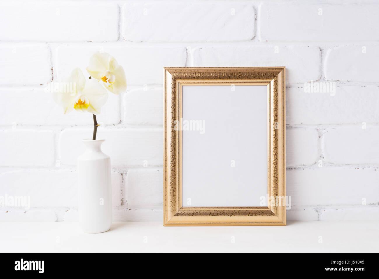Goldrahmen Mockup mit weiche gelbe Orchidee in Vase. Leere Rahmen ...