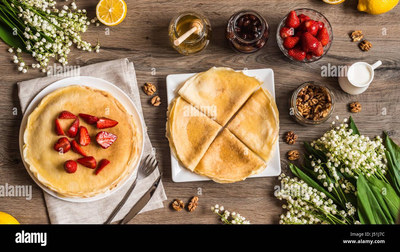 Draufsicht leckere Pfannkuchen auf Holztisch mit Früchten Stockbild