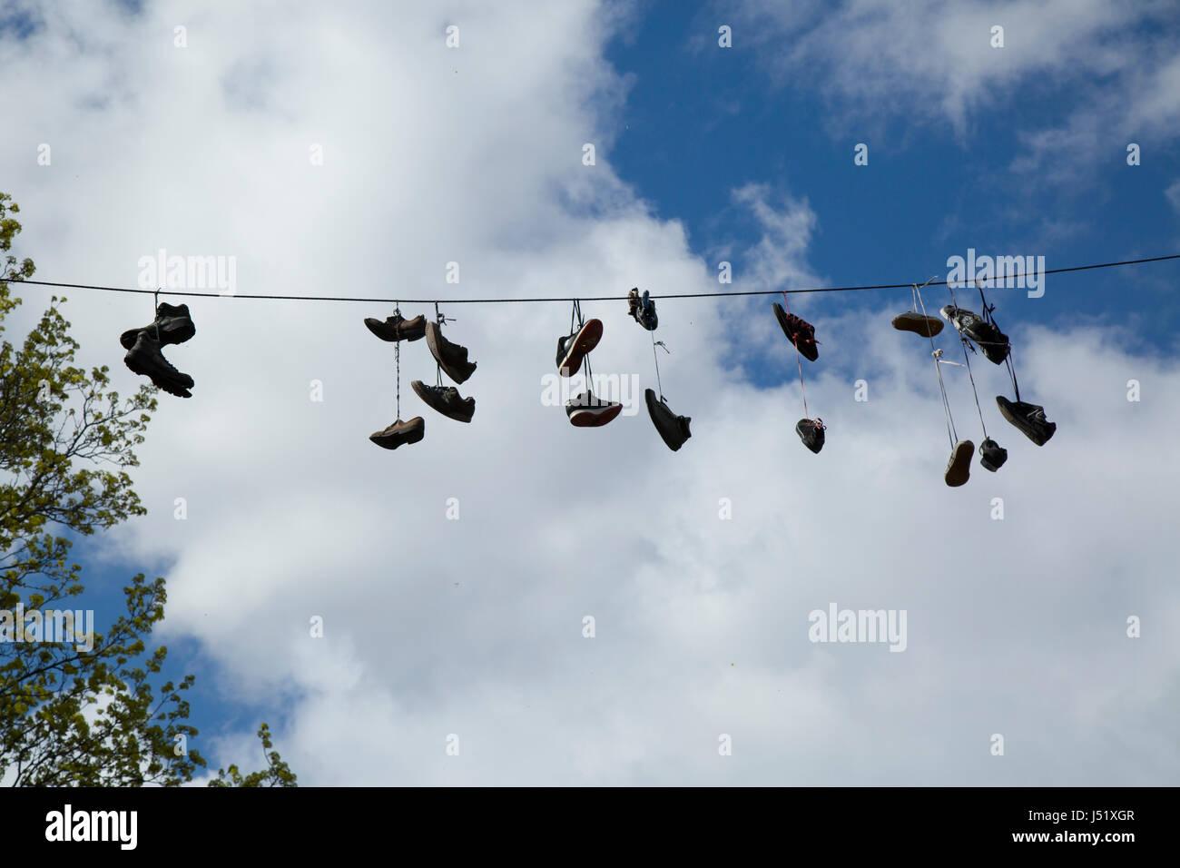 Schuhe und Stiefel, die über eine Straße auf einem