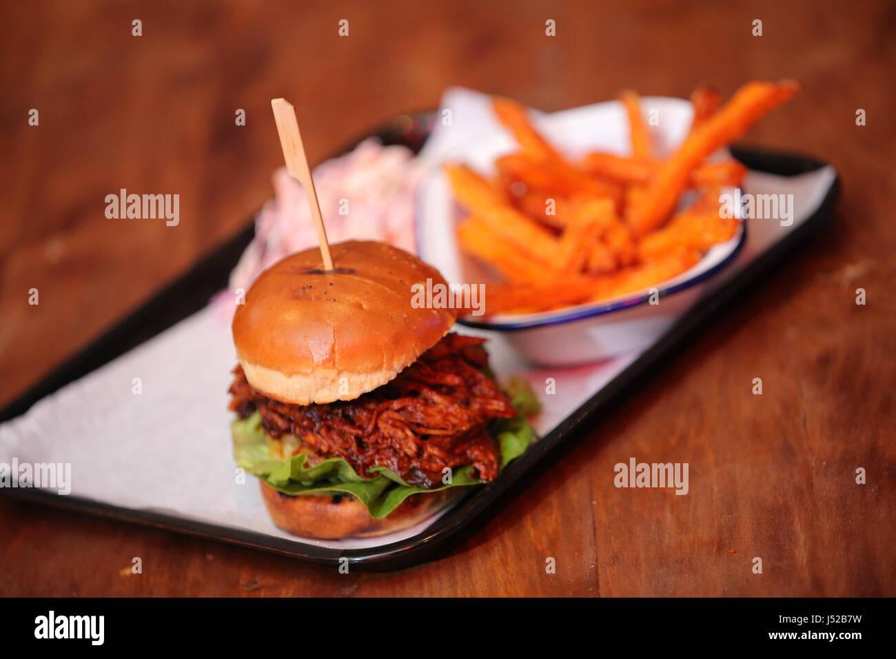 Ein gezogenes Schweinefleisch-Burger. Stockbild
