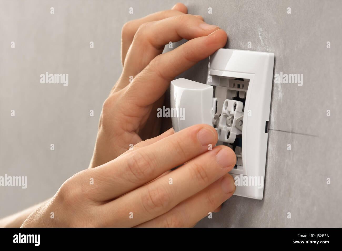 Hand Light Switch Stockfotos & Hand Light Switch Bilder - Alamy