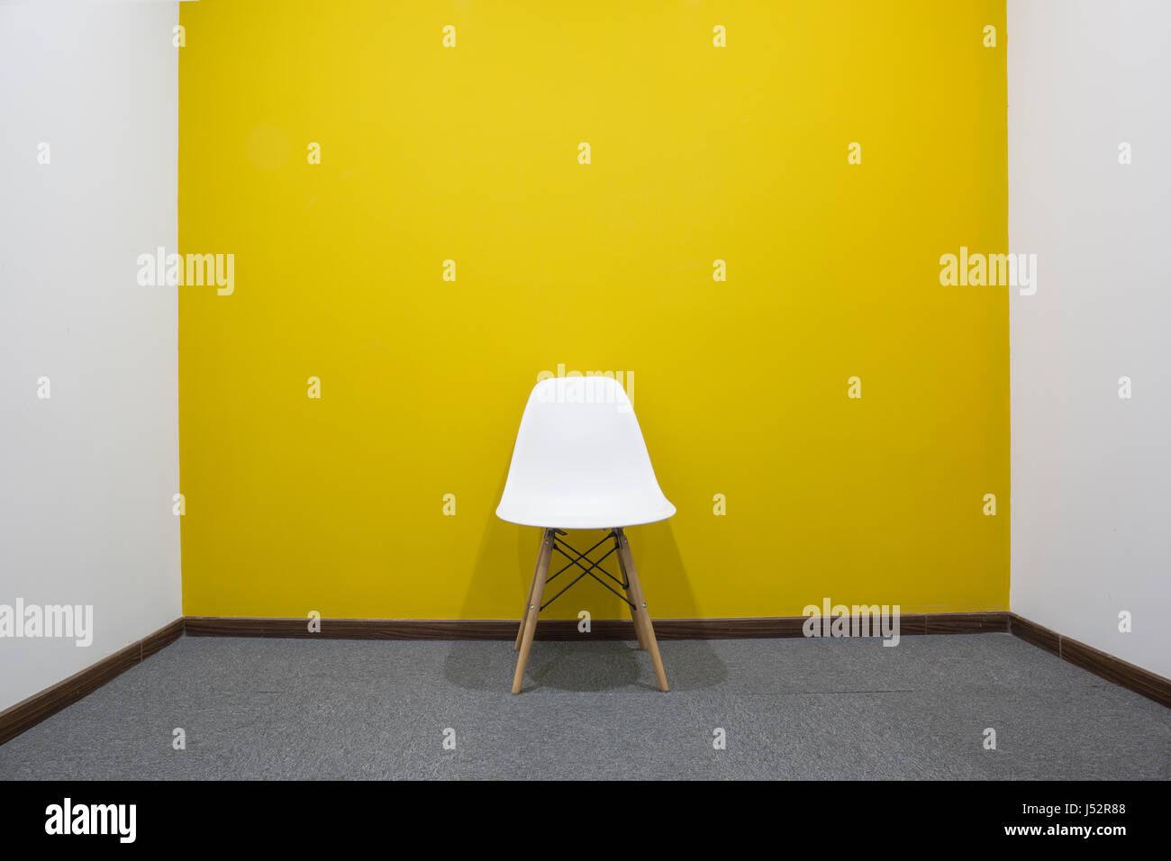 Ein Weißer Stuhl Mit Gelbe Wand Im Tagungsraum Stockfoto Bild