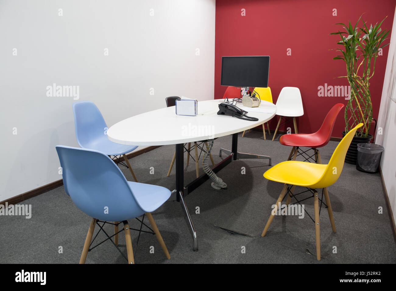 Beeindruckend Bunte Stühle Galerie Von Büro Leer Tagungsraum Mit Flüssigkristall-anzeige Und Telefon.