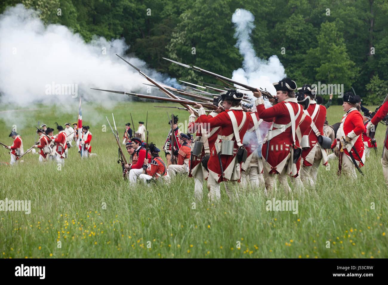 Britische Soldaten während einer Nachstellung des 18. Jahrhunderts Unabhängigkeitskrieges in Mount Vernon Stockbild
