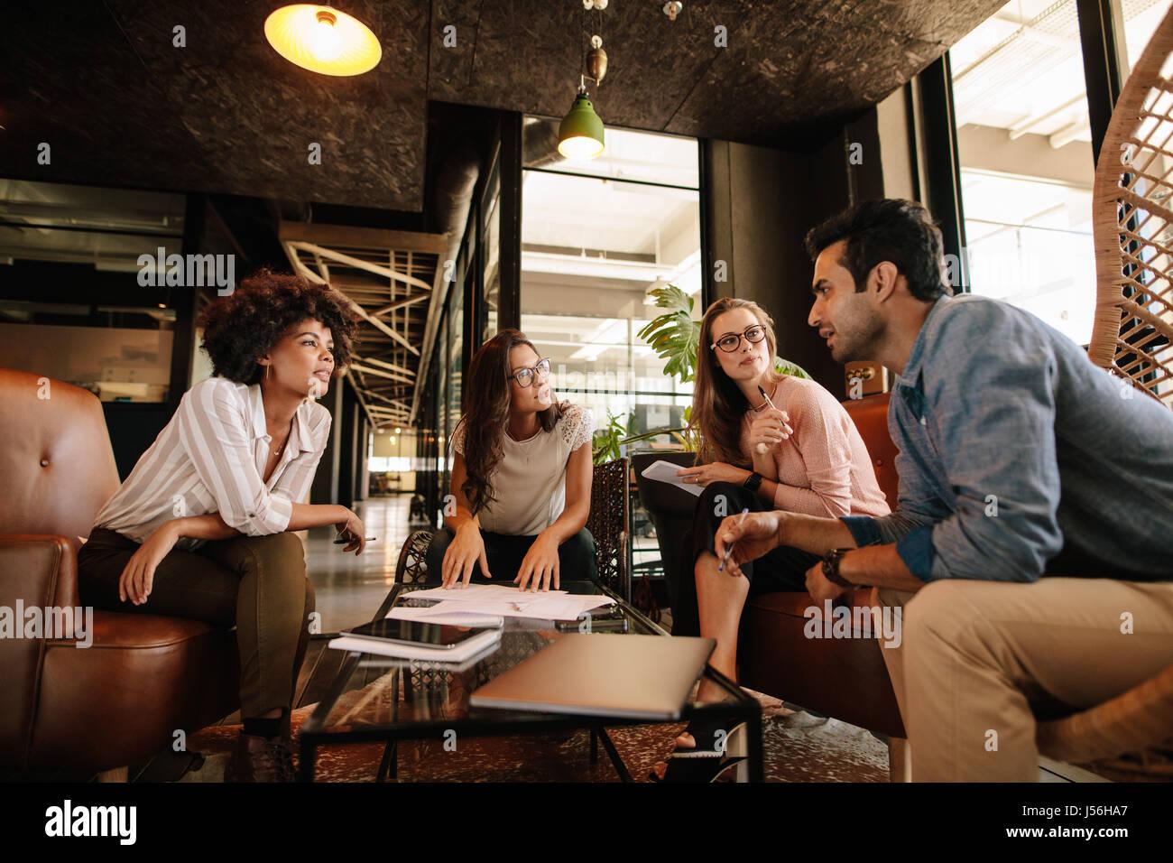 Gruppe von kreativen Menschen, die ein Treffen in einem modernen Büro. Geschäftsleute, Gespräch über Stockbild