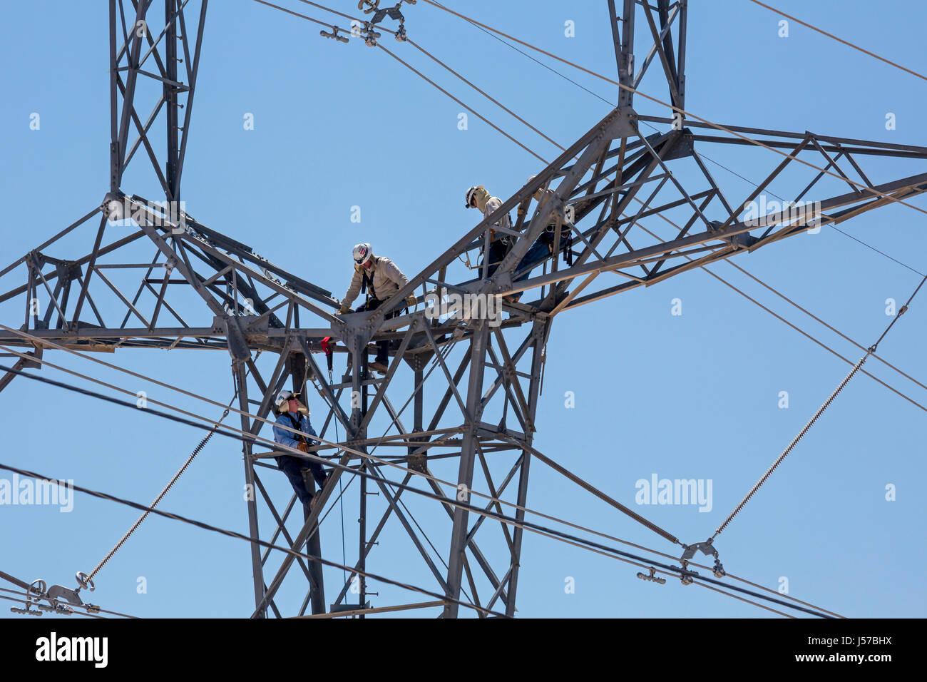 Tucson, Arizona - Arbeiter auf eine hohe Spannung der elektrischen Übertragung Turm in Tucson Electric Power Stockbild