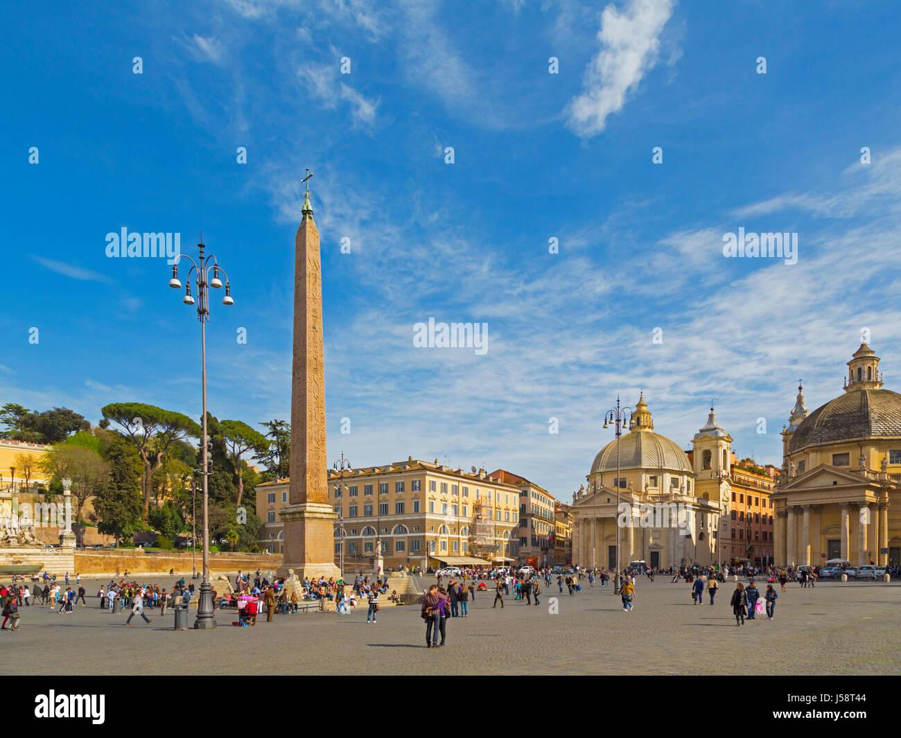 Rom, Italien.   Piazza del Popolo.  Der Obelisk wurde während der Regierungszeit von Kaiser Augustus aus Heliopolis, Stockbild