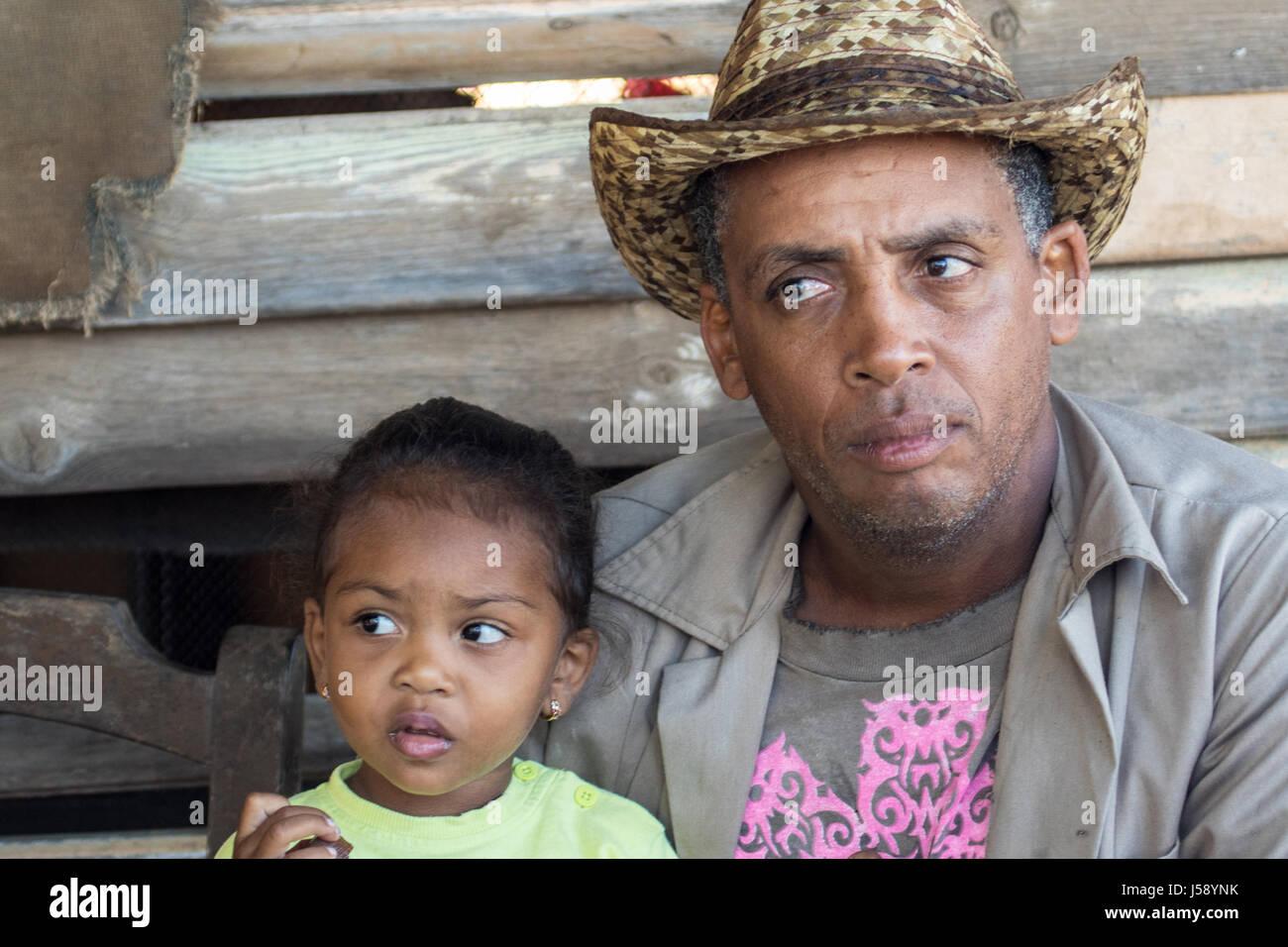 Kubanische Vater und Tochter auf der Veranda ihrer Kabine Stockbild