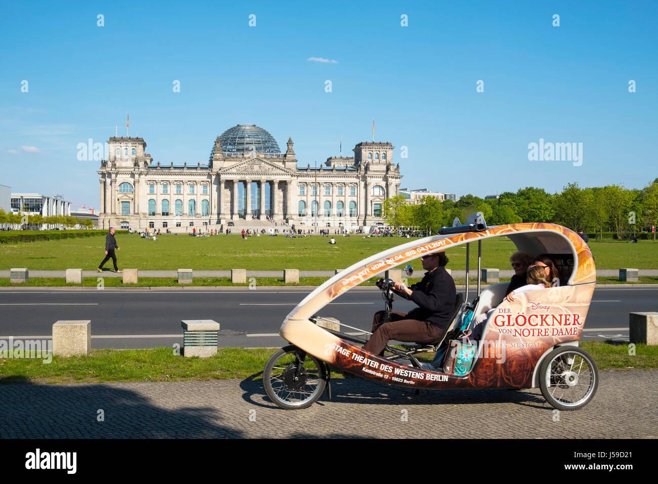 Touristische Sehenswürdigkeiten Rikscha vor dem Reichstag in Berlin, Deutschland Stockbild