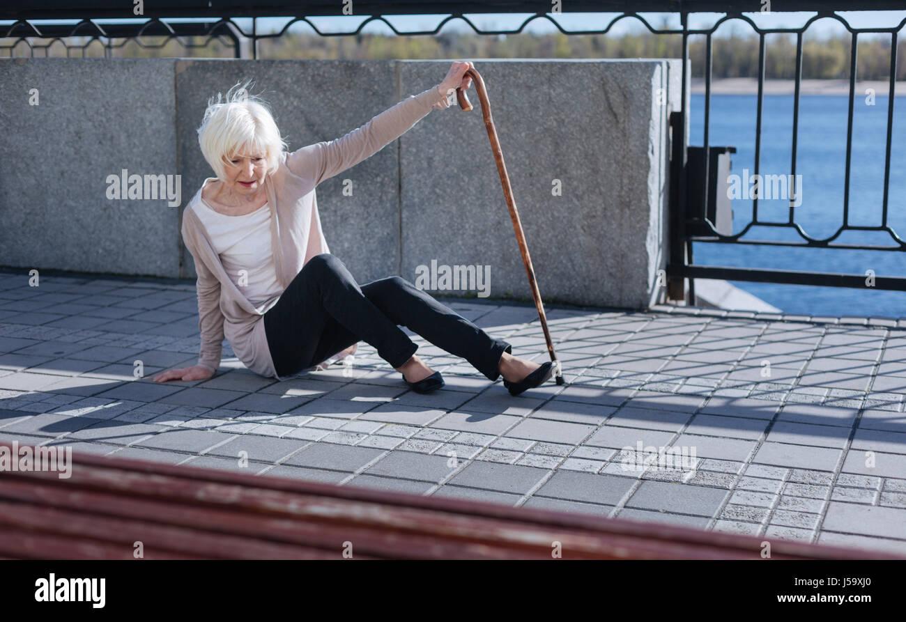 Grey leitete Frau Gefühl Hilflosigkeit auf der Straße Stockbild