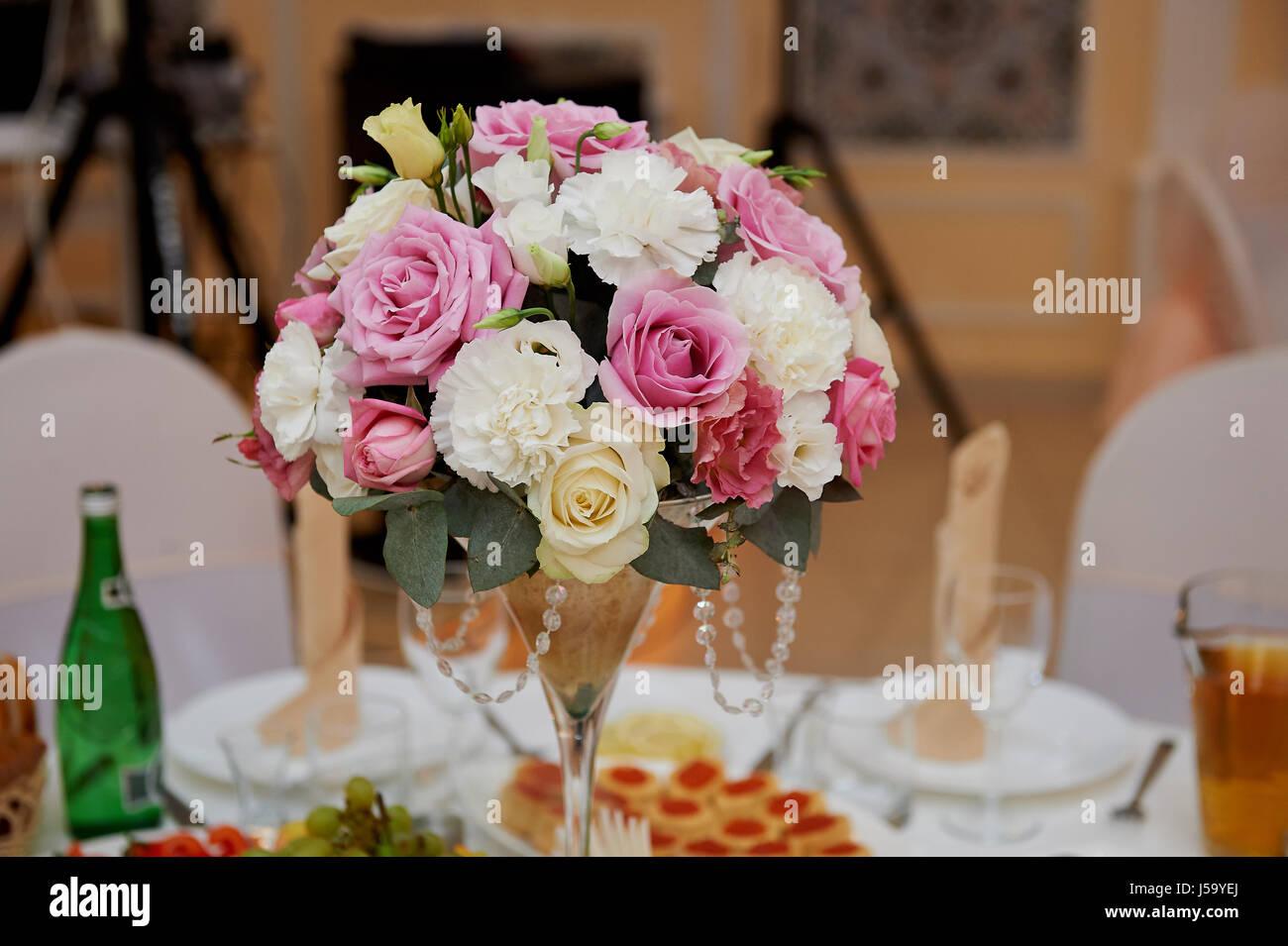 Hochzeit Anordnung In Ein Hohes Glas In Weiss Und Rosa Tonen