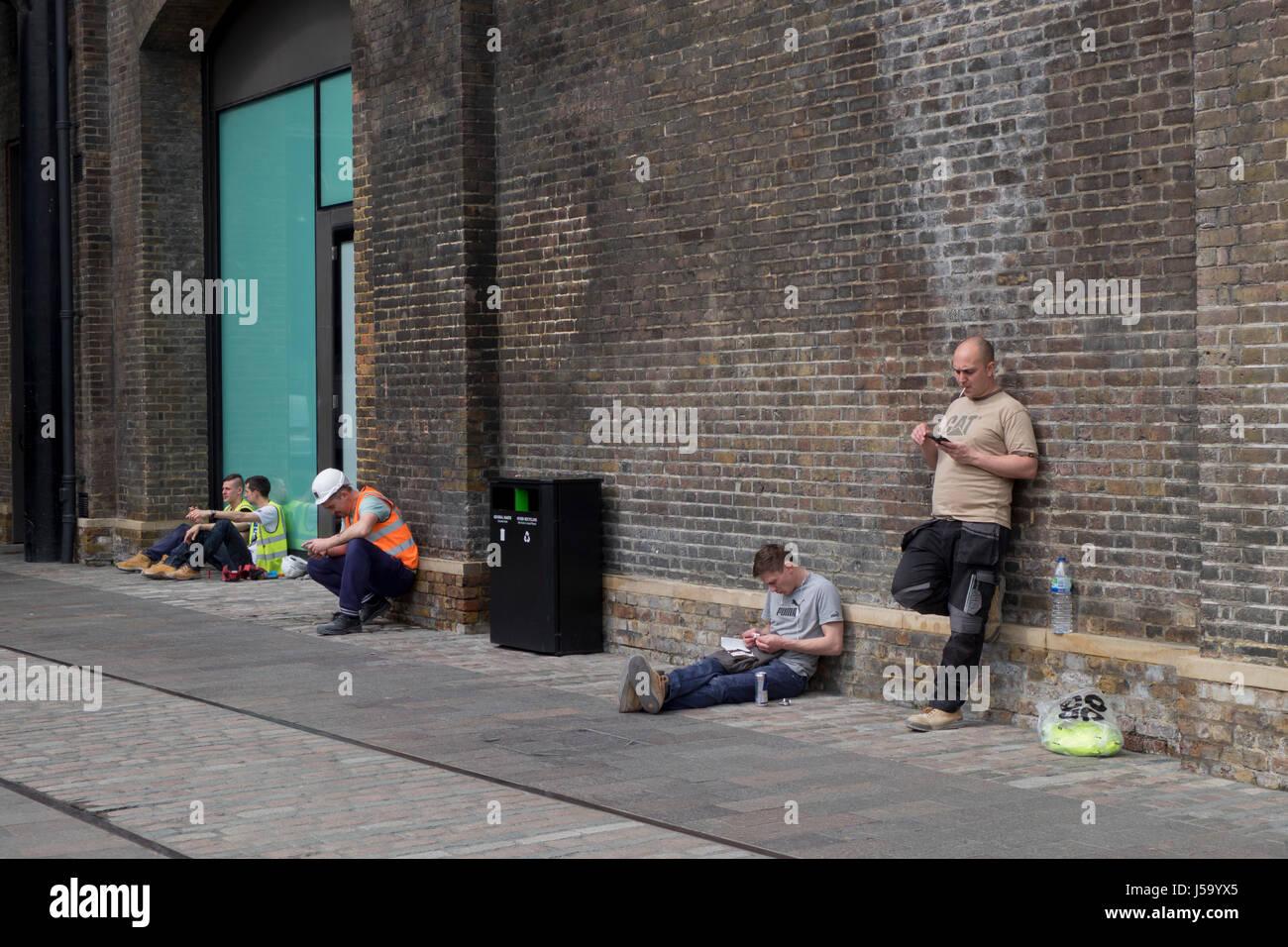 Arbeitnehmern mit einem Mittag brechen außen neue Baustelle Kohle ...