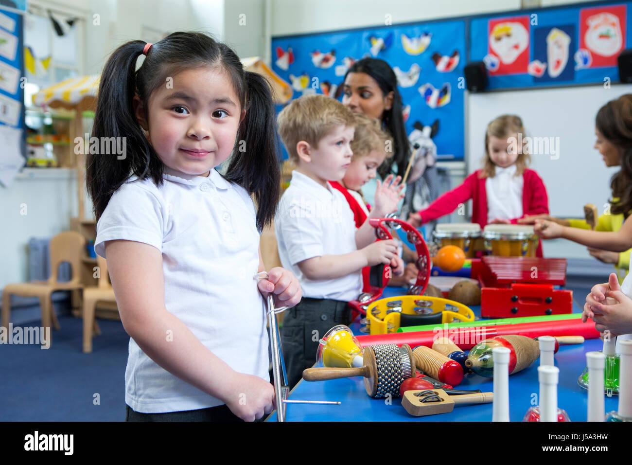 Kindergarten kinder spielen mit musikinstrumenten im klassenzimmer