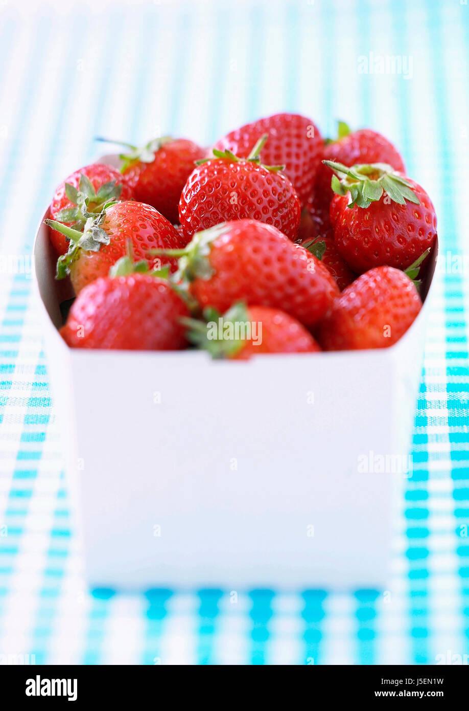 Erdbeere, Fragaria X ananassa, Studioaufnahme von roten Früchten im Container. Stockbild