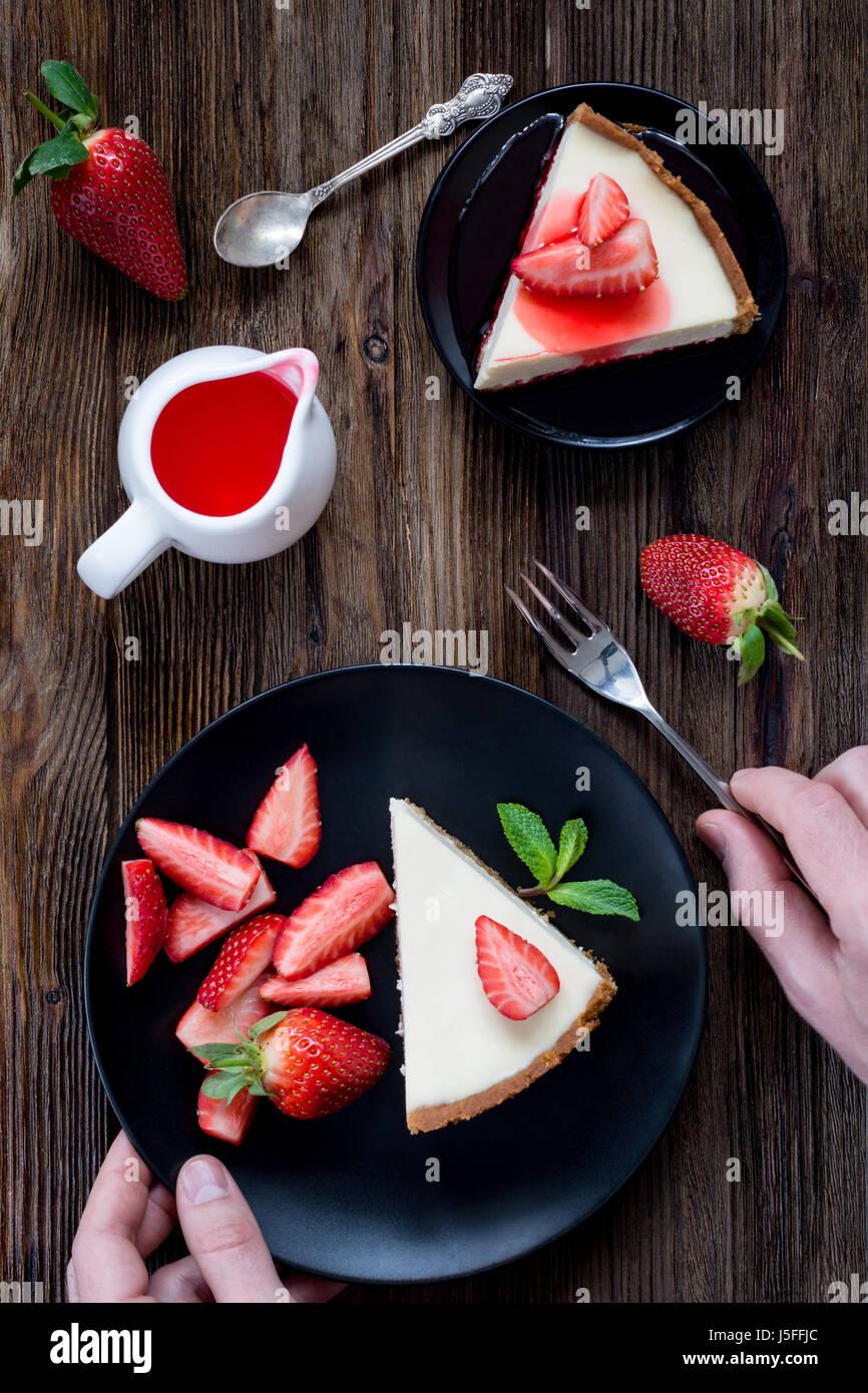 Erdbeer-Käsekuchen auf schwarze Platte Tabelle Draufsicht Stockbild