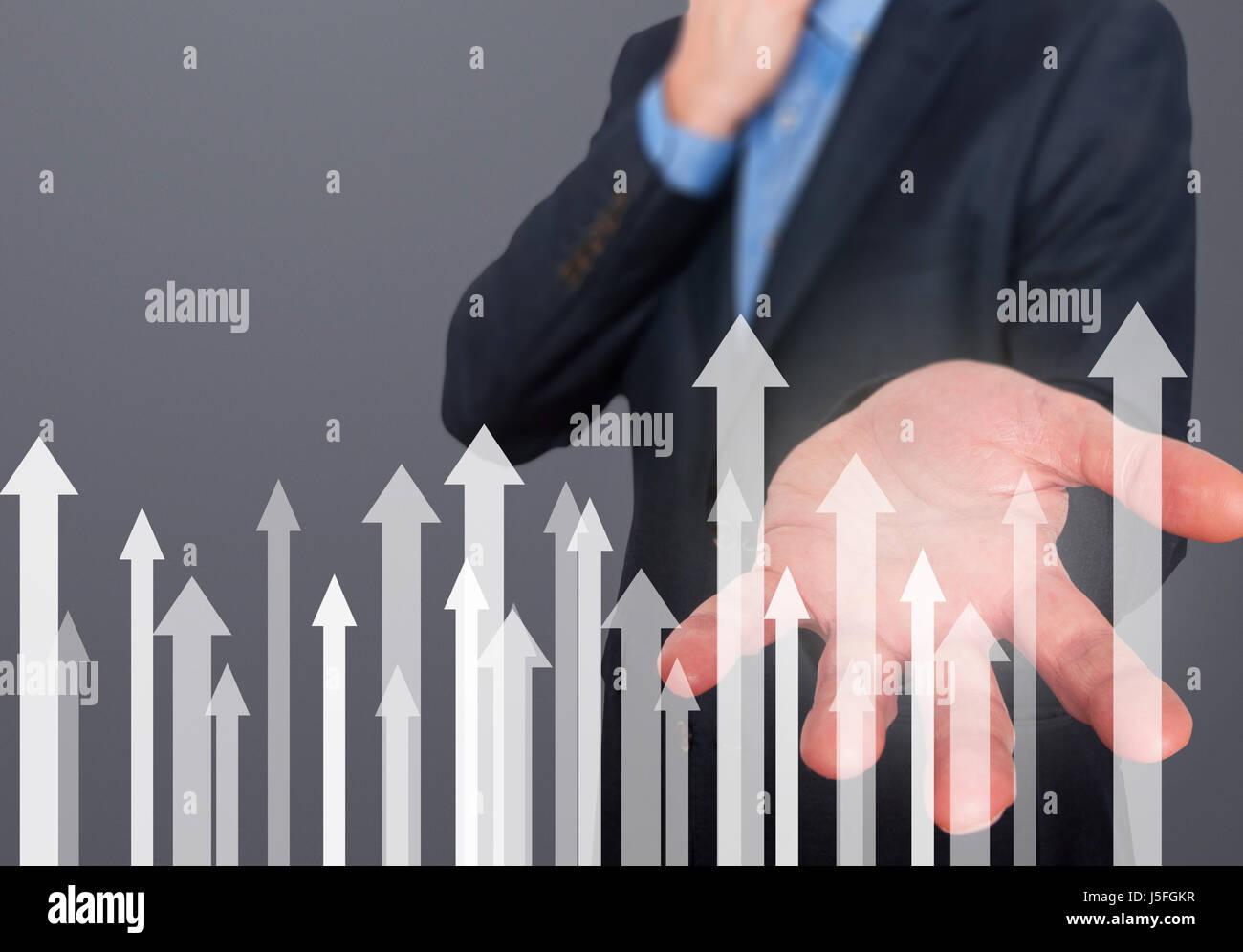 Geschäftsmann mit finanzielle Symbole kommen. Wirtschaft, Wachstum, Anlagekonzept. Mann Hand zeigen Pfeile. Stockbild
