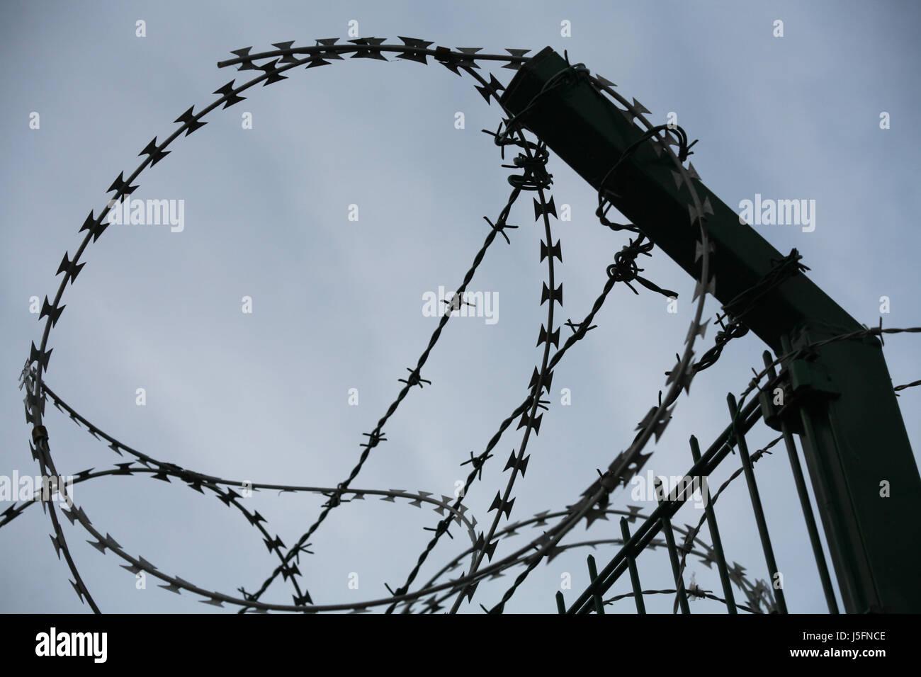 Brig Gefängnis Zaun versperrt Barriere schützen Schutz Stacheldraht ...