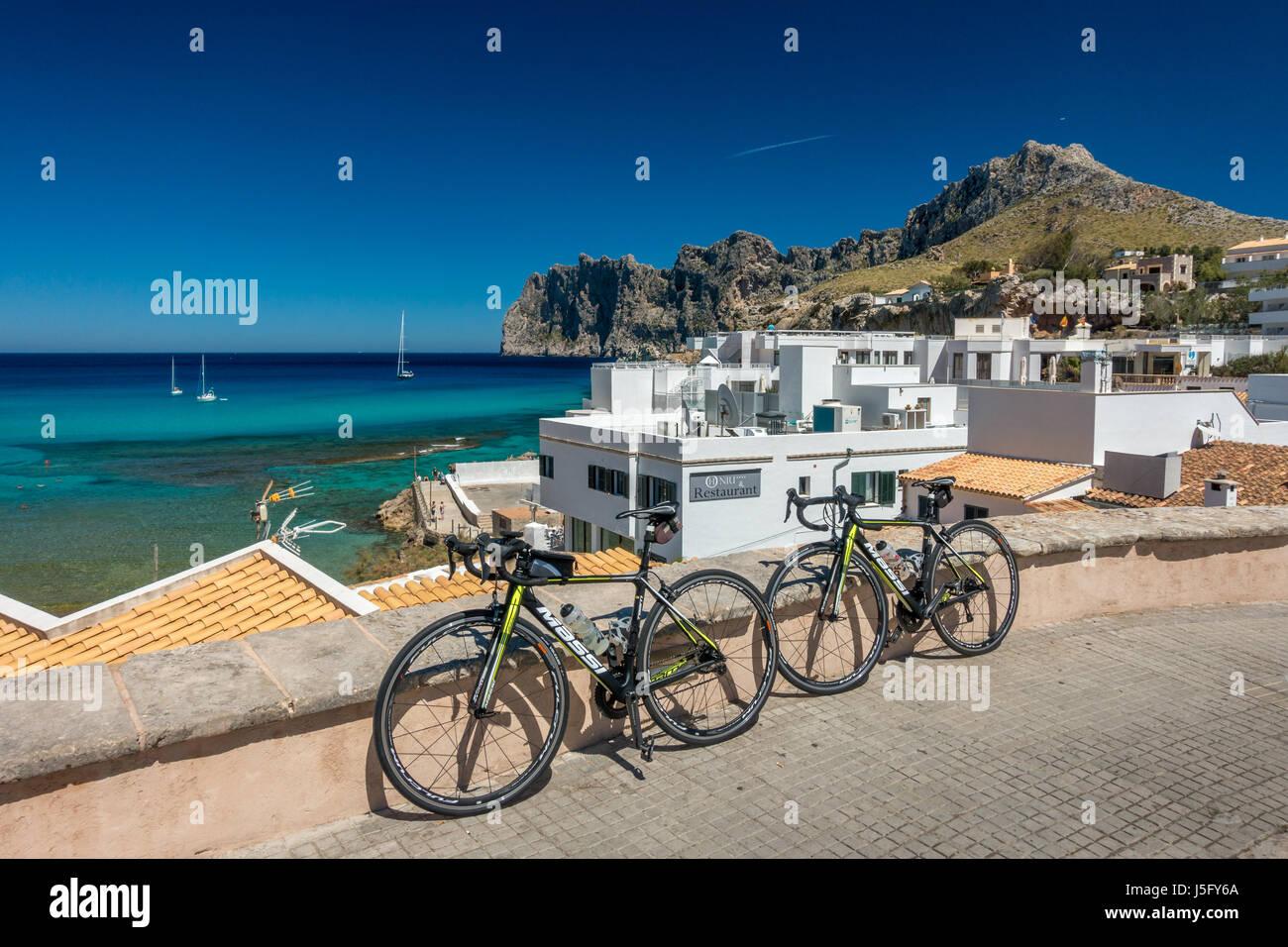 Zwei Rennräder auf den schönen Fischen Dorf von Cala Sant Vicenc, in der Nähe von Pollensa, Mallorca, Mallorca, Stockfoto