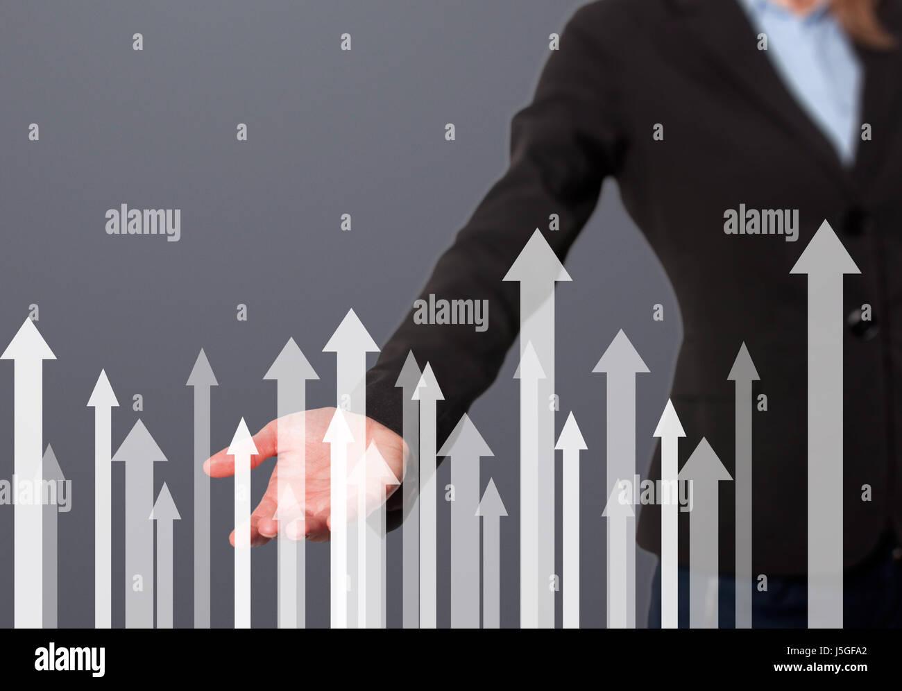 Geschäftsfrau mit finanzielle Symbole kommen. Wirtschaft, Wachstum, Anlagekonzept. Frauen die hand zeigen Pfeile. Stockbild