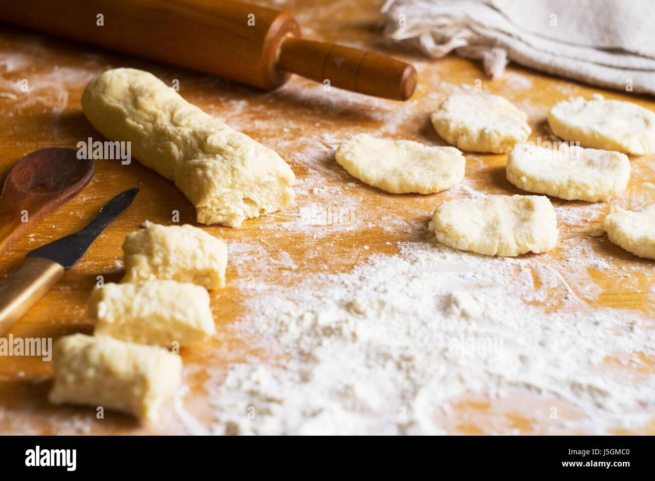 Teig Mehl Und Flache Kuchen Auf Dem Tisch Stockfoto Bild