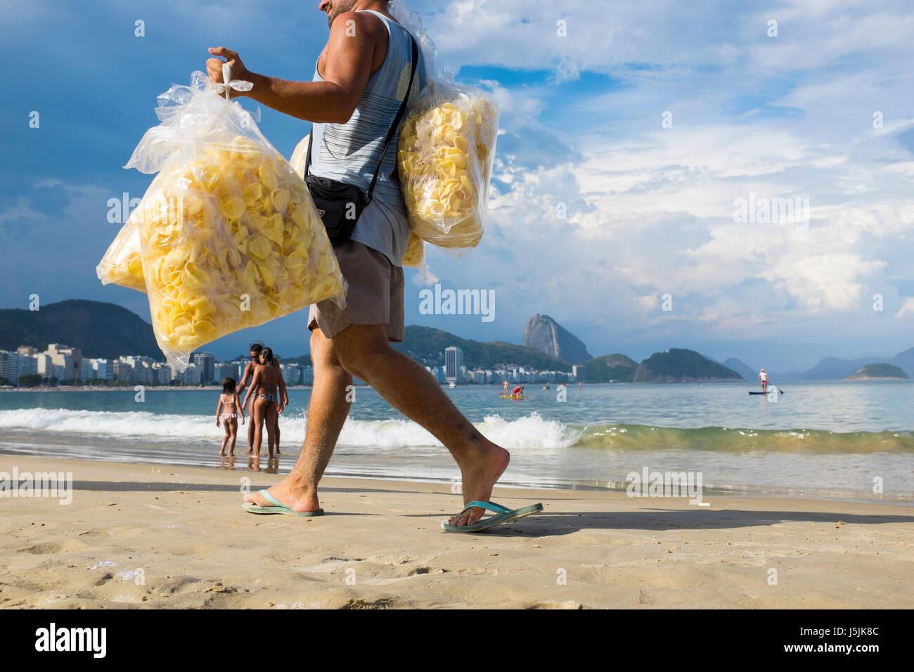 RIO DE JANEIRO - 2. März 2017: A brasilianischen Hersteller Copacabana Strand Spaziergänge Tragetaschen Stockbild