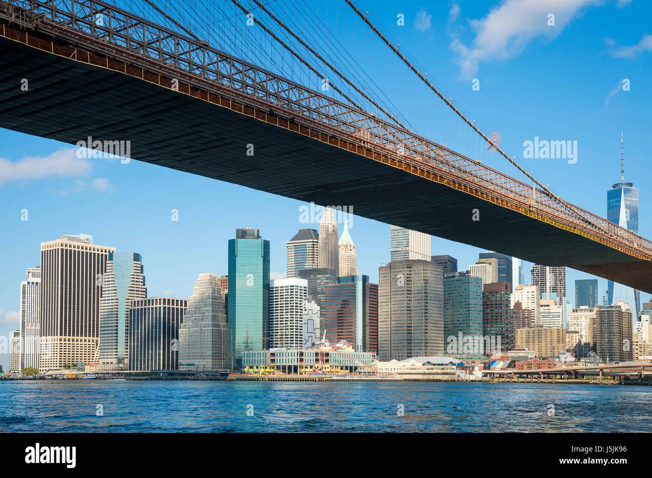 Hellen malerischen Blick auf die Brooklyn Bridge mit der Skyline von Lower Manhattan vom East River Stockbild