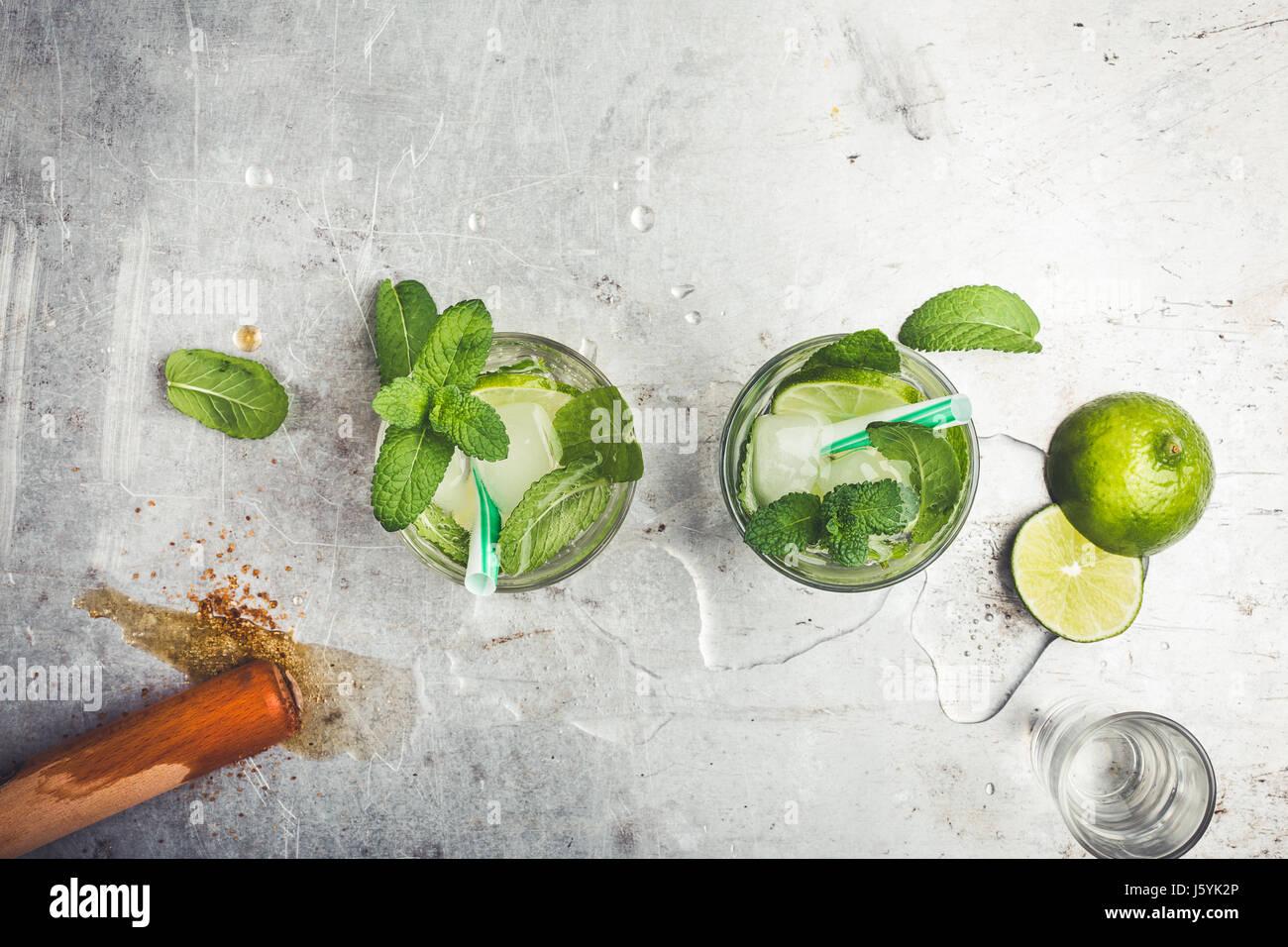 Mojito cocktail auf hellgrauen Hintergrund mit textfreiraum für Rezept oder Text von oben gesehen Stockbild