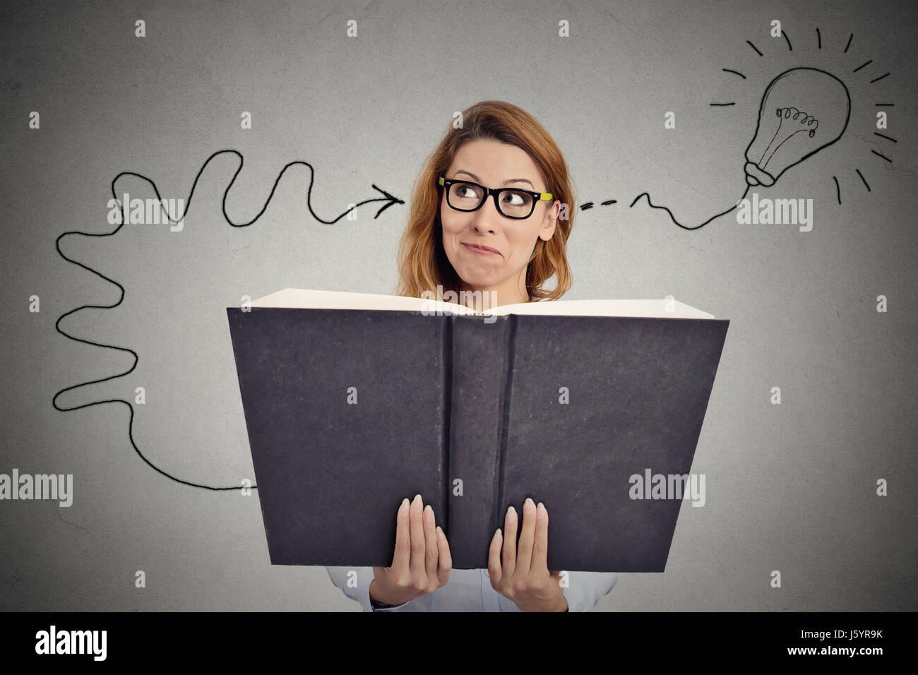Frau, die ein riesiges Buch hat eine gute Idee Stockbild