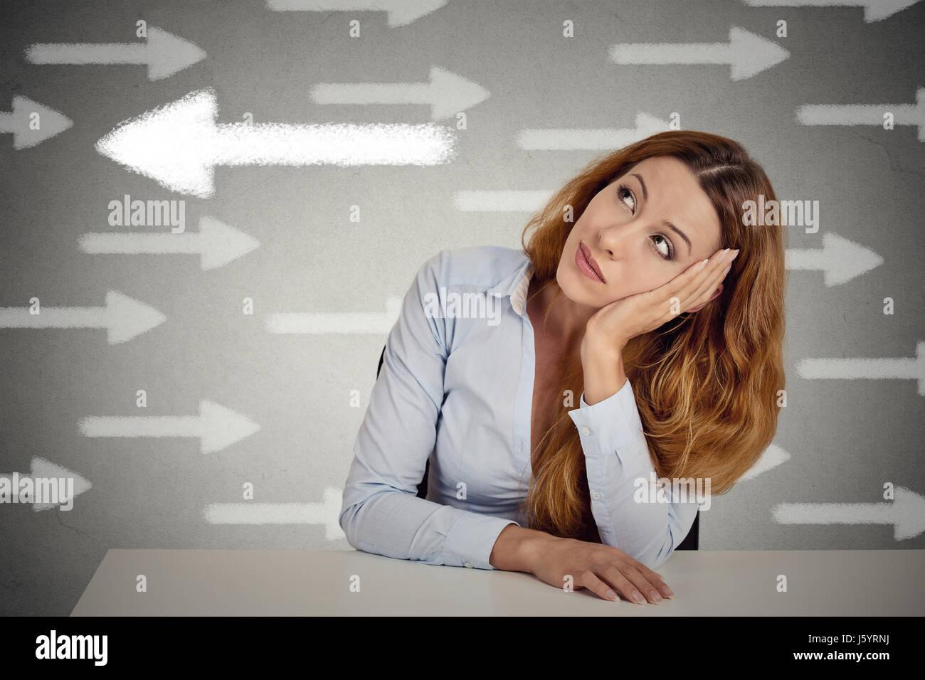 Nachdenkliche Frau, die eine Chance gegen die Strömung. Nachdenklich Geschäftsfrau sitzen am Tisch auf Stockbild
