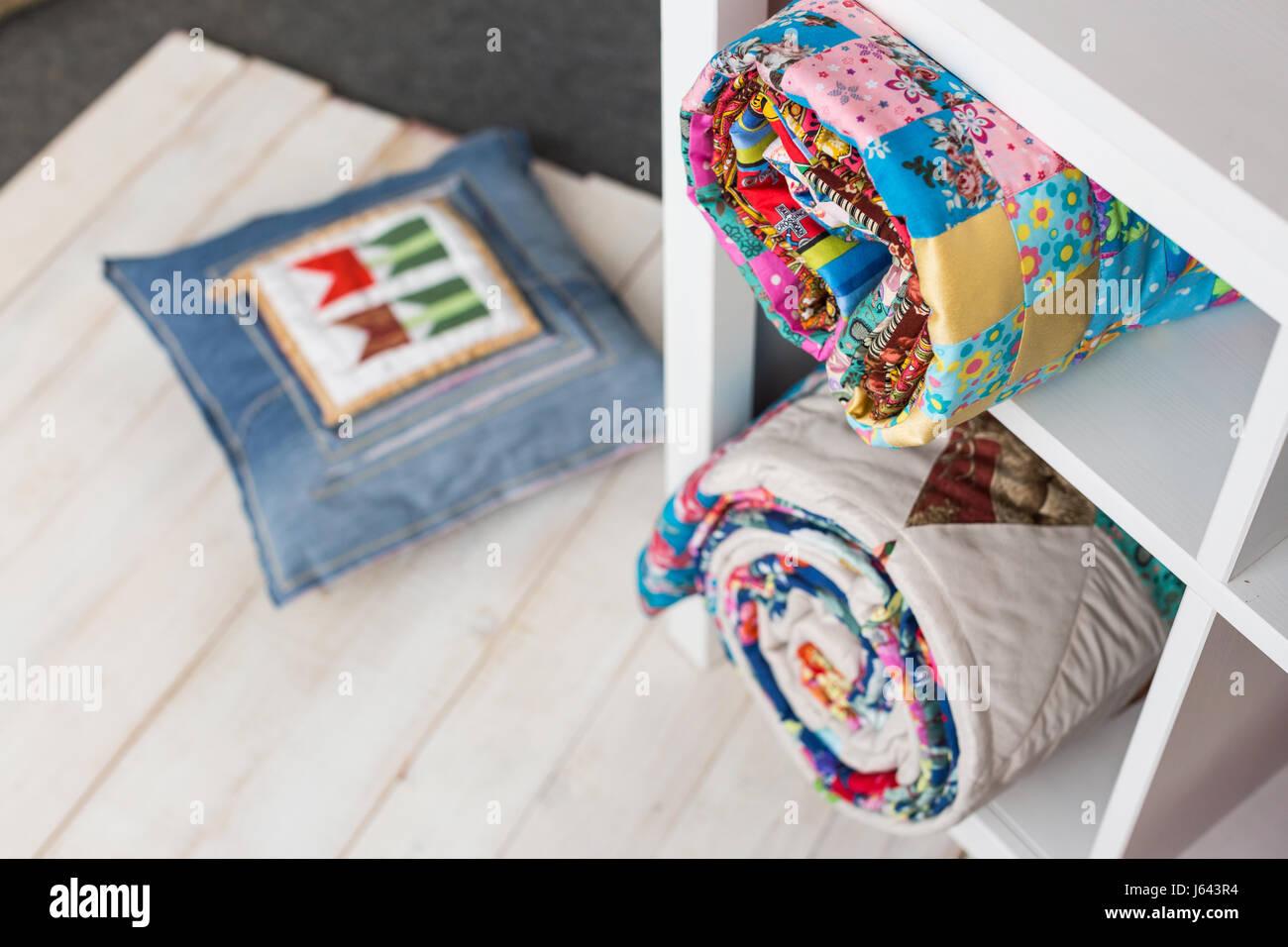 Bett Decken Konzept : Patchwork nähen und modekonzept zwei bunte gesteppte bettdecken