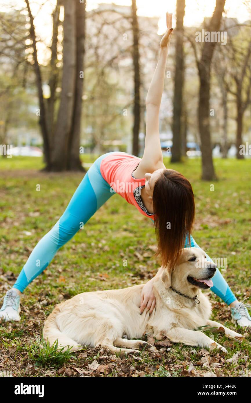 Athlet mit Labrador auf Spaziergang Stockbild