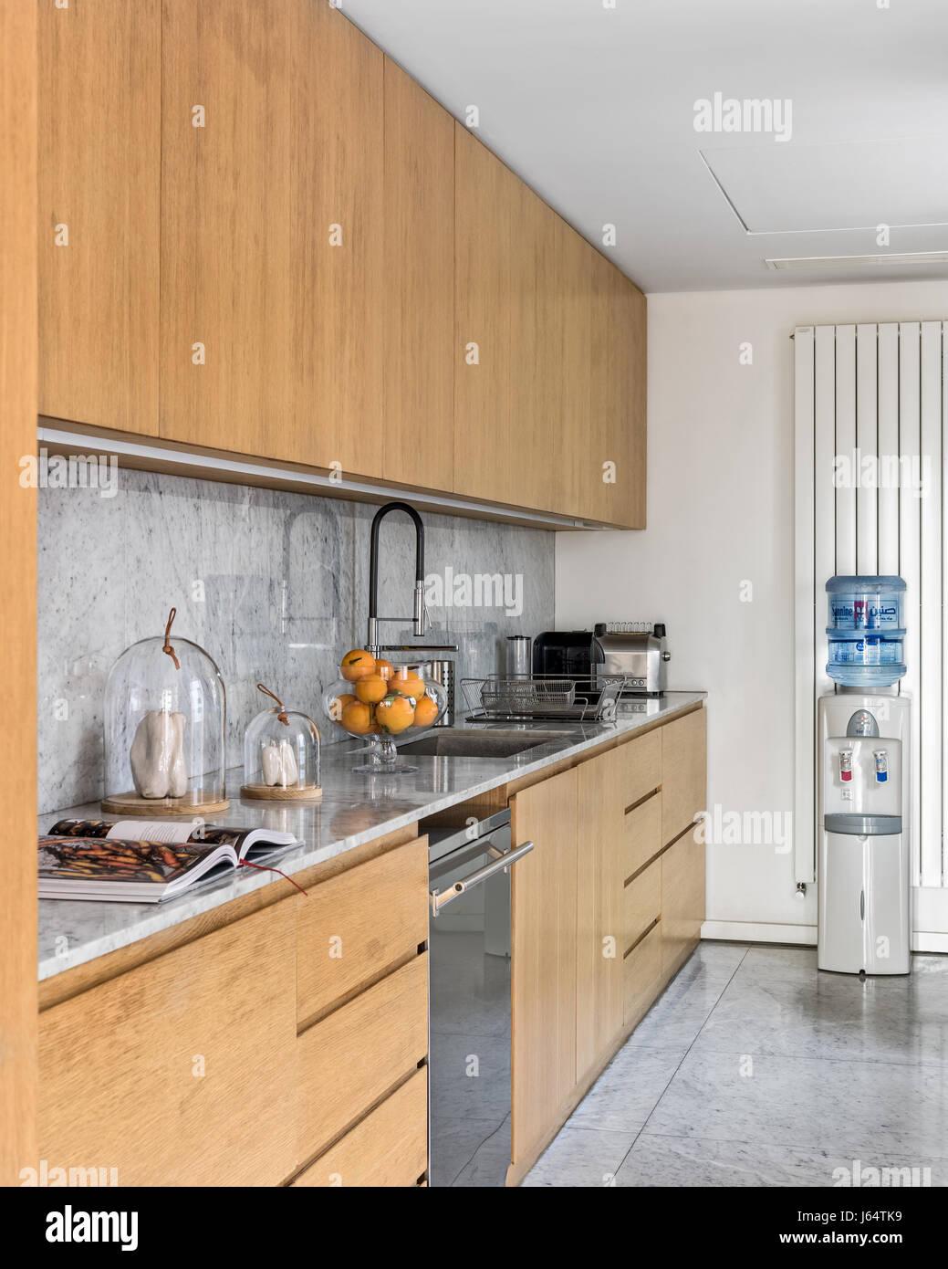 Küche mit Eiche fertigen Einheiten und Marmor-Arbeitsplatte und ...