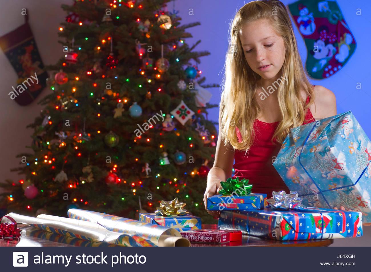 Teenager-Mädchen mit blonden Haaren verpackte Weihnachtsgeschenke zu ...