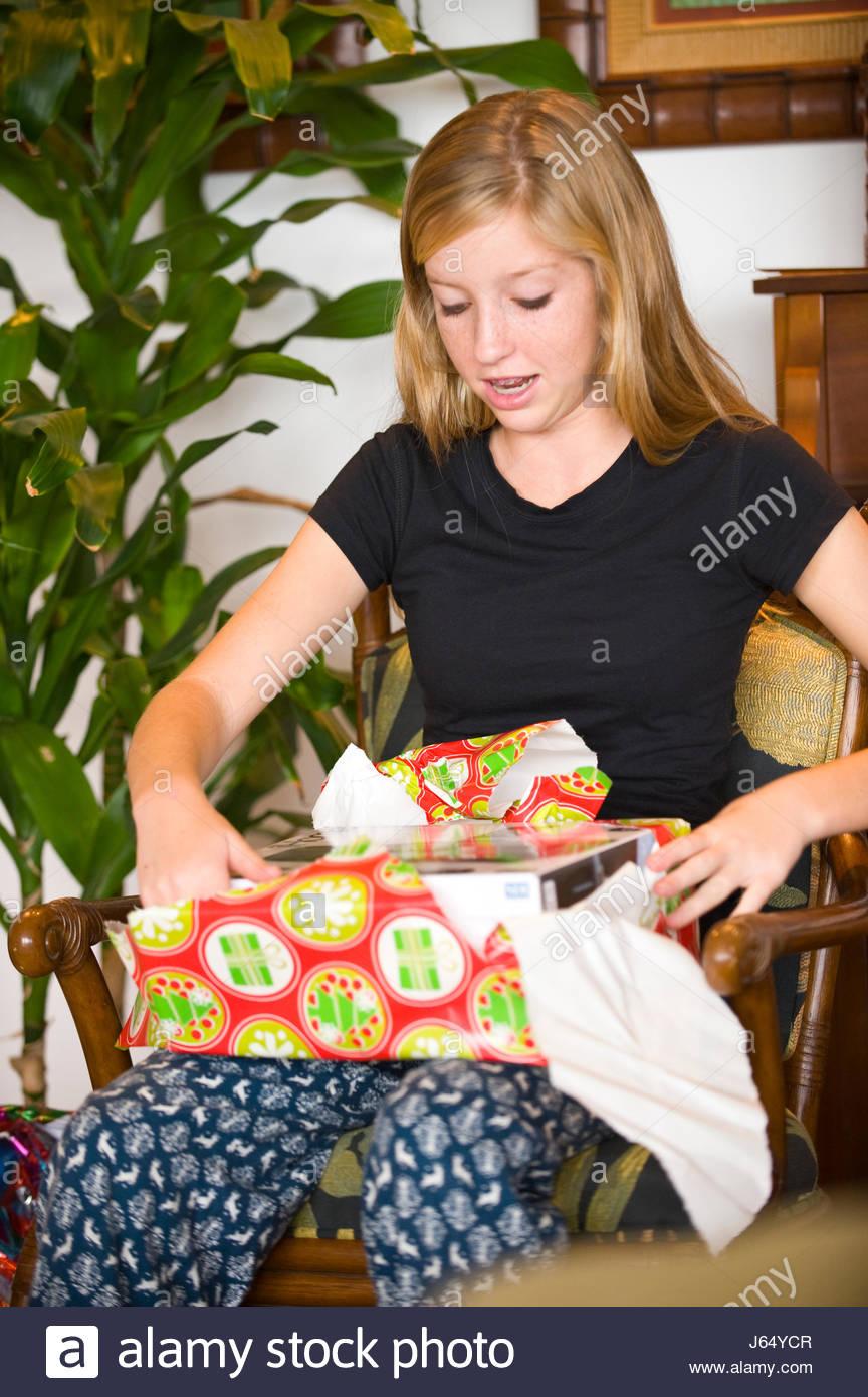 Teenager-Mädchen mit blonden Haaren Auspacken Geschenk am ...