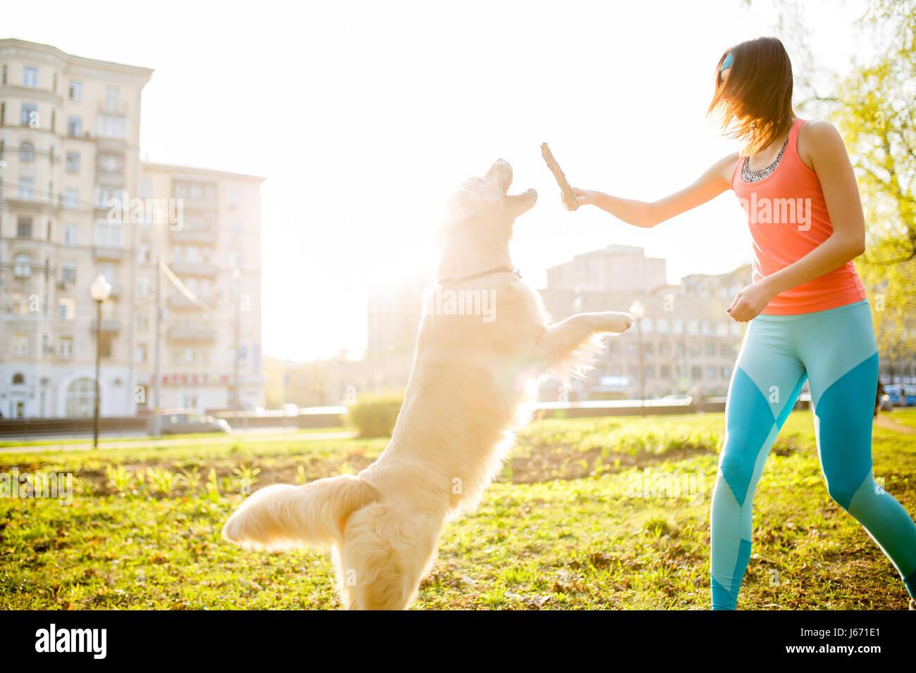 Mädchen mit Hund mit stick Stockbild