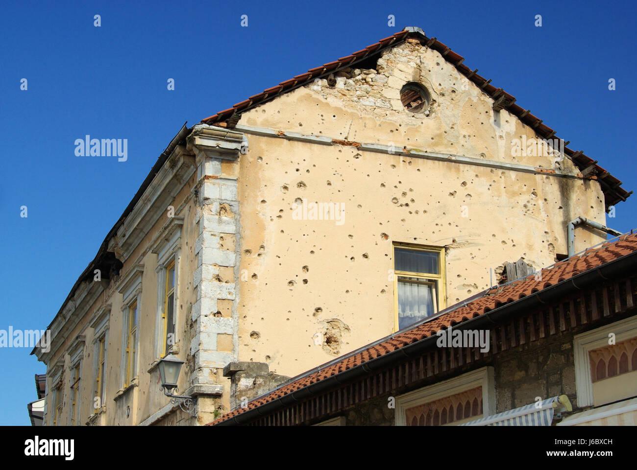 krieg ruine zerst rung loch kroatien b rgerkrieg bosnien hausbau stadt stockfoto bild. Black Bedroom Furniture Sets. Home Design Ideas