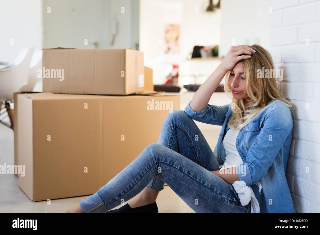 Müde Frau erschöpft beim Umzug in neues Zuhause Stockfoto