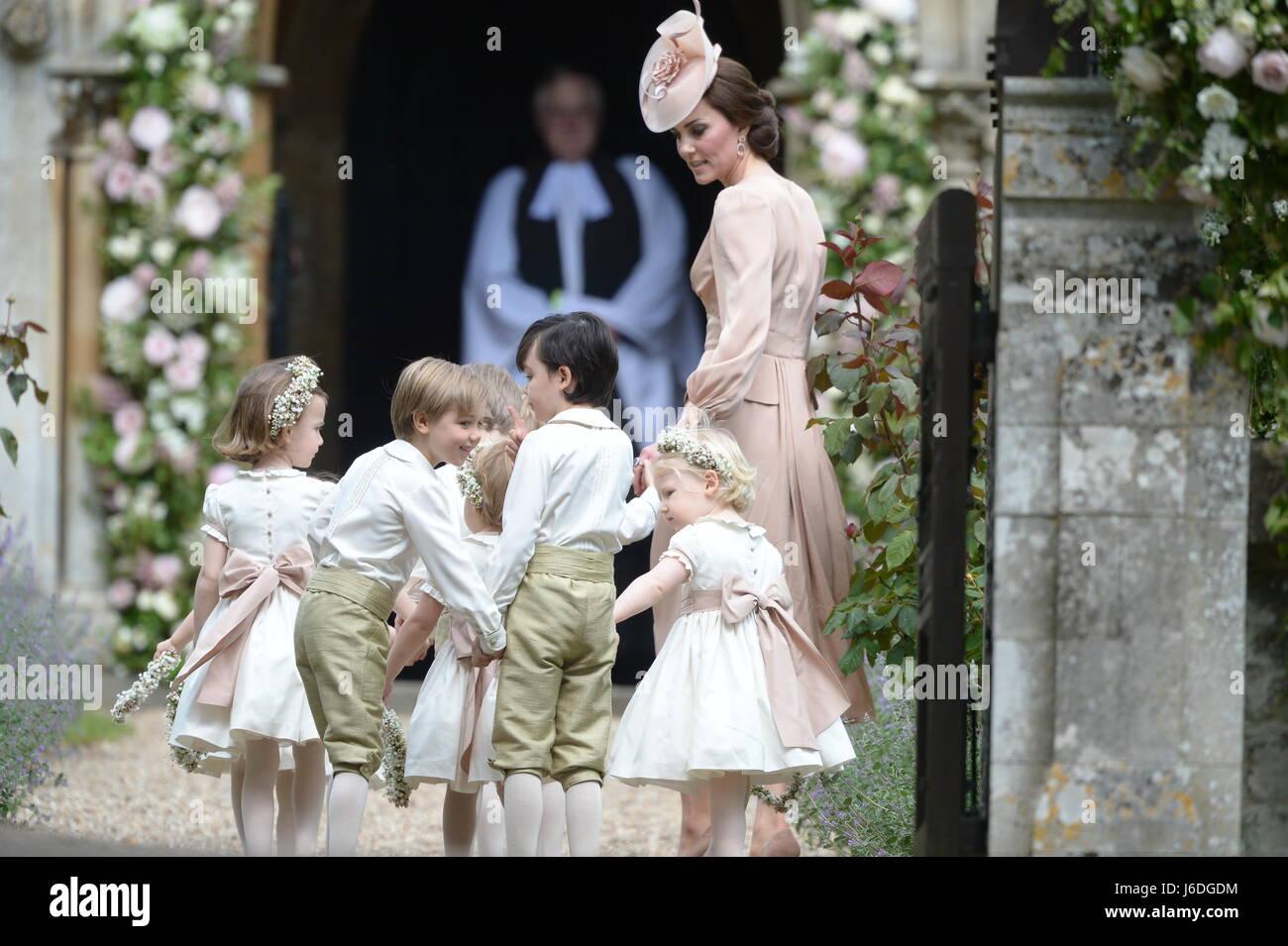 Die Herzogin Von Cambridge Kommt Mit Pageboys Und Blumenmadchen Zur