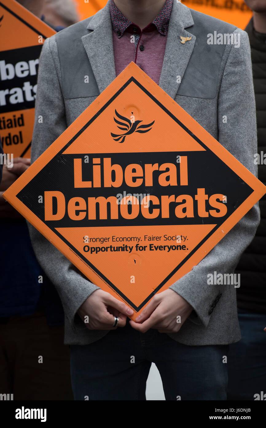Liberaler Demokrat Plakat zeigt die Bibliothek Dem zeichen Logo während einer Wahlkampf Veranstaltung. Stockbild