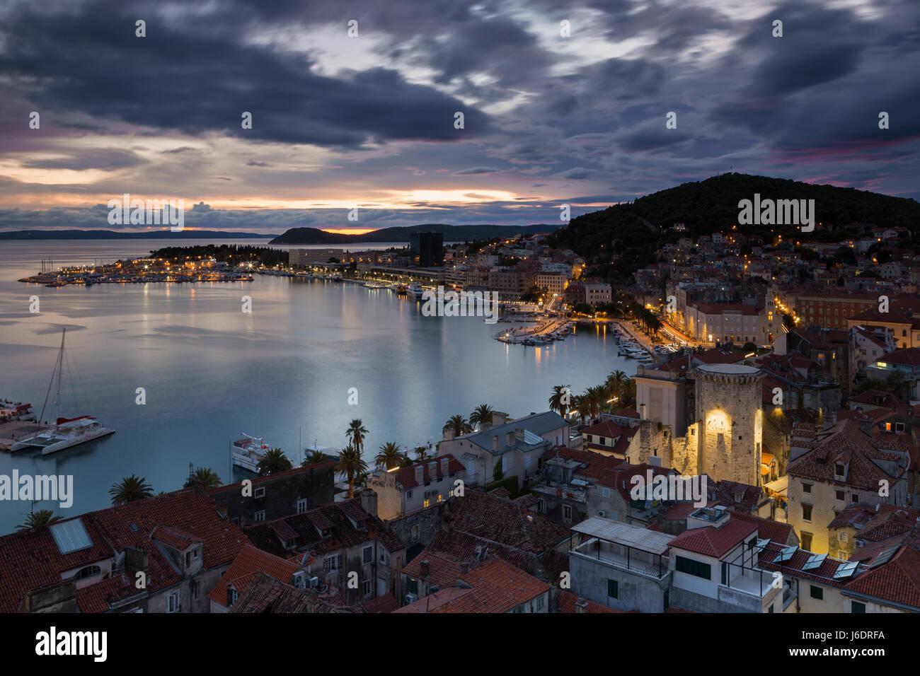Erhöhten Blick auf die Stadt Split in der blauen Abendstunde, Kroatien Stockbild