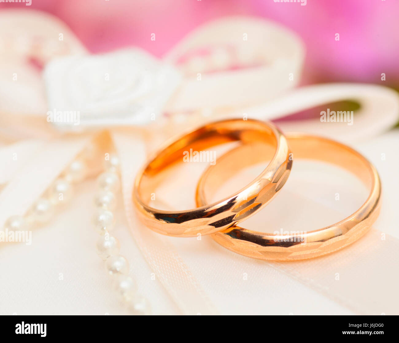 Zwei Goldene Hochzeit Ringe Mit Garnhaspel Auf Kissen Stockfoto