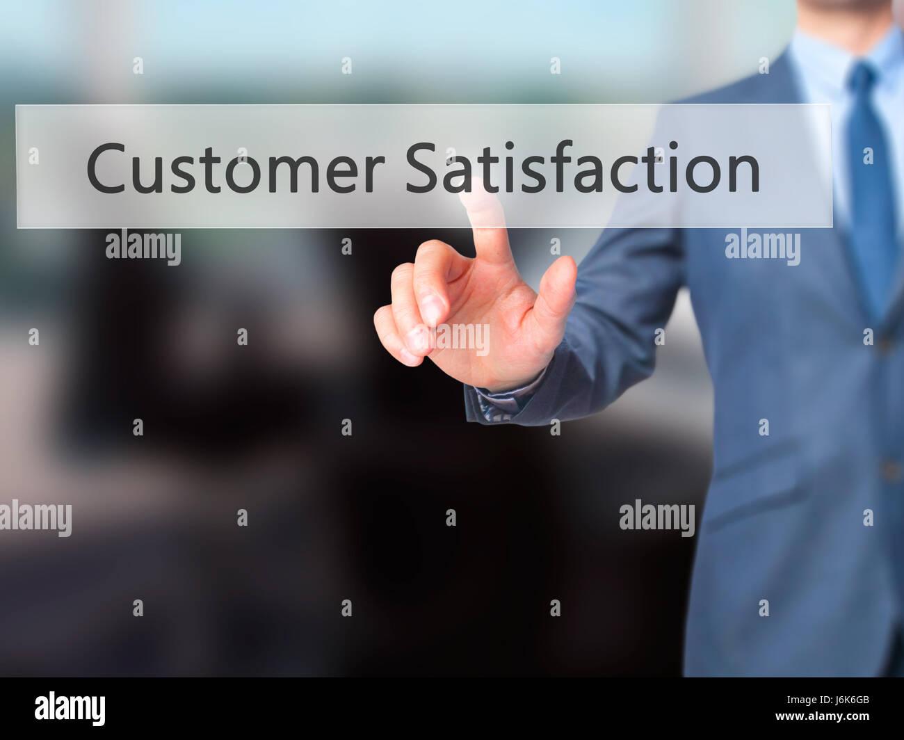 Kundenzufriedenheit - Geschäftsmann Hand-Touch-Taste auf virtuellen Bildschirm-Schnittstelle. Geschäft, Stockbild