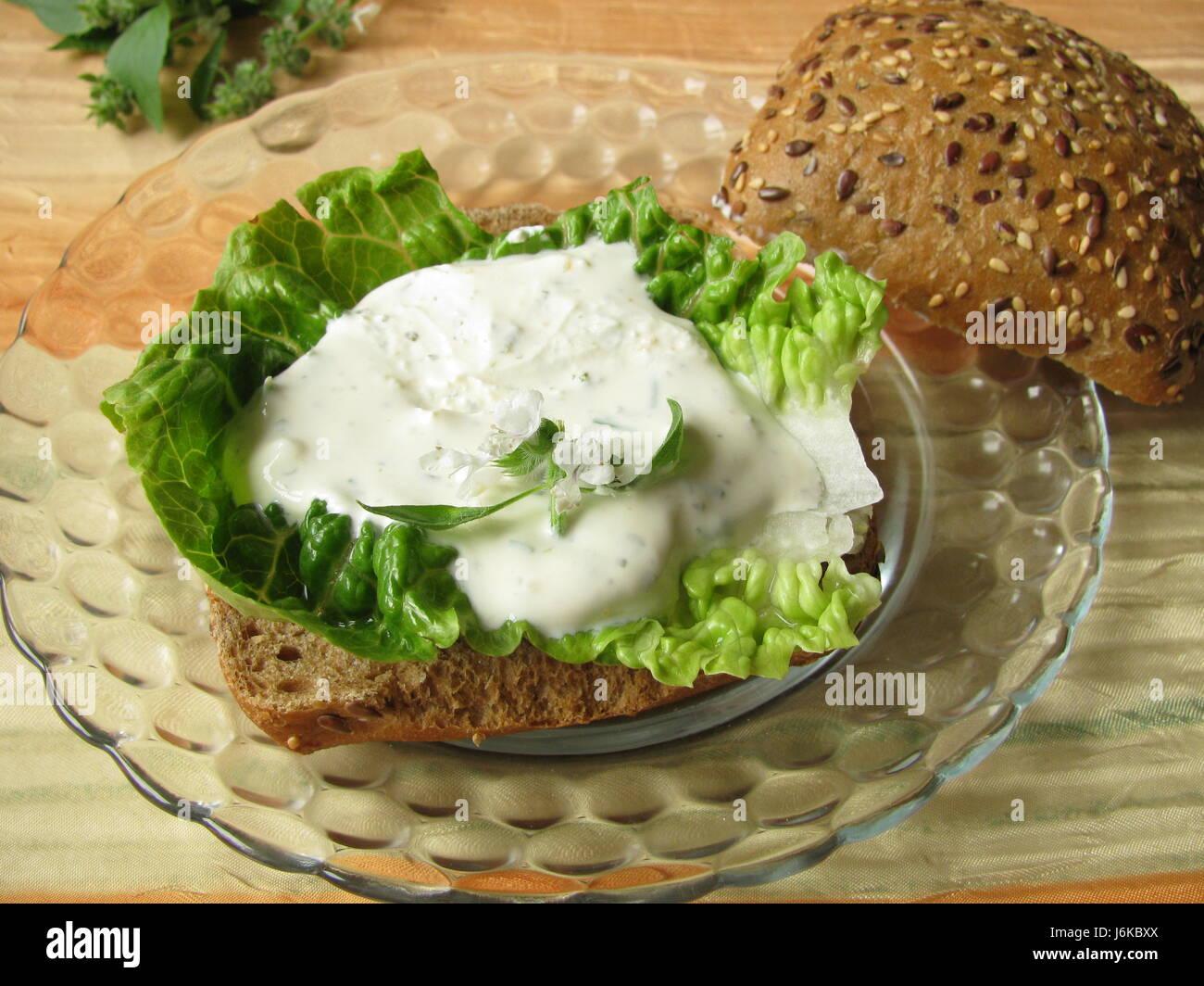 Brötchen Kaiser Kräuter Sandwich einen Mangel an Kalorien Quark Quark gesund Stockbild