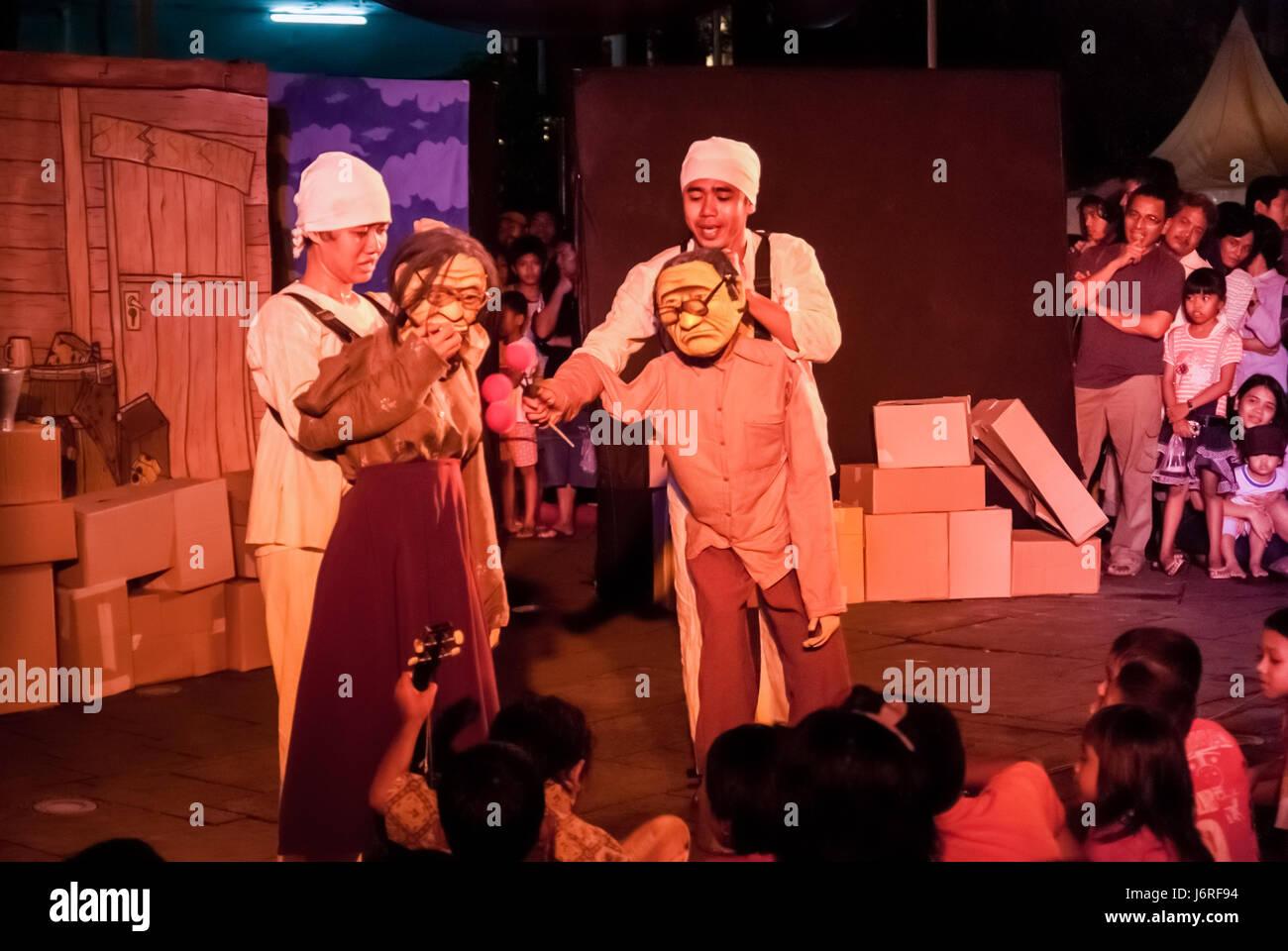 """Papermoon-Marionetten-Theater-Show mit dem Titel """"SirdusKarkus"""" in der Altstadt Plaza Jakarta, Jakarta, Stockbild"""