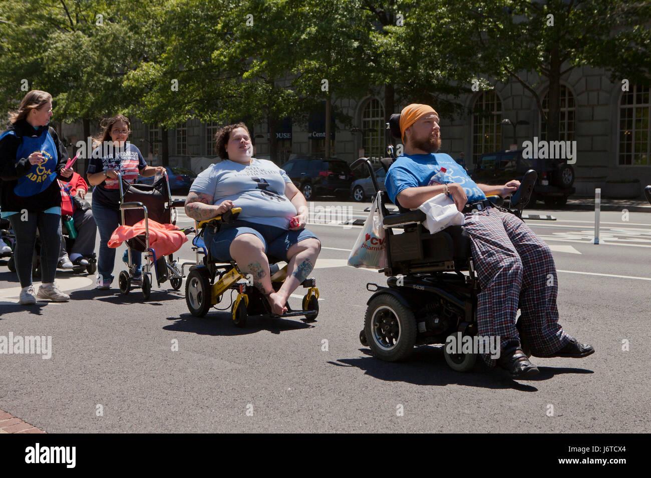 15. Mai 2017, Washington, DC USA: Mitglieder der anzupassen und Behinderung Aktivisten, viele Rollstuhlfahrer, Protest Stockbild