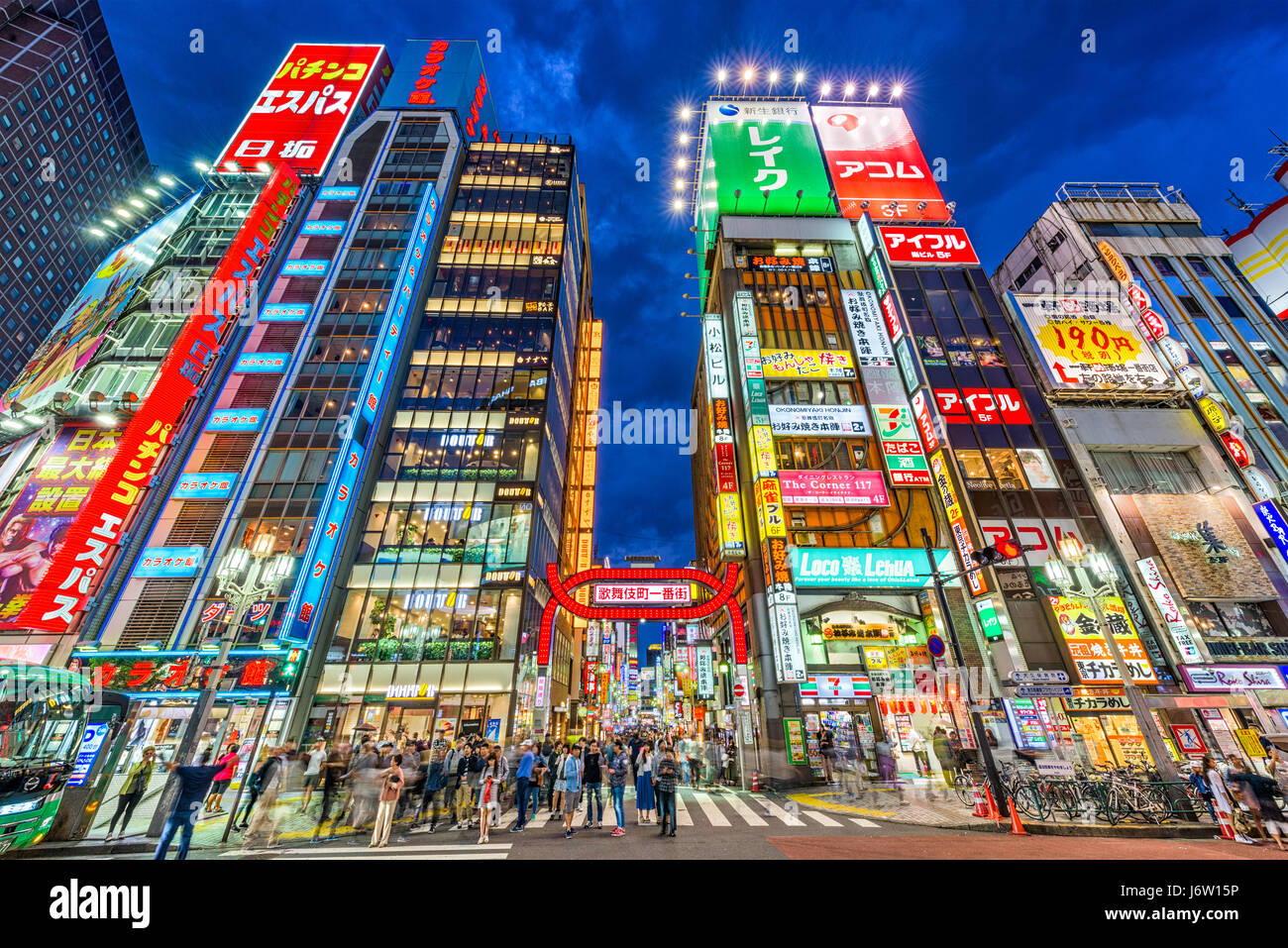 TOKYO, JAPAN - 7. Mai 2017: Menschenmengen durchlaufen Kabukicho im Stadtteil Shinjuku. Bereich ist ein Vergnügungs Stockbild