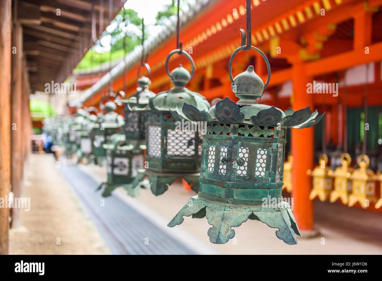 Nara, Japan am Kasuga Taisha Schrein hängenden Laternen. Stockbild