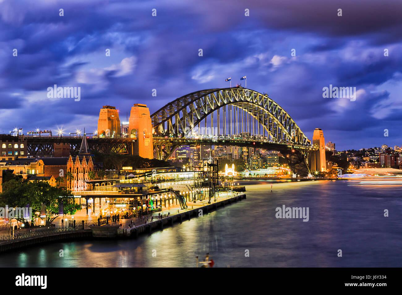 Riesige beleuchtete Bogen der Sydney Harbour Bridge Stadt CBD von den Felsen nach North Sydney verbindet. Helle Stockbild