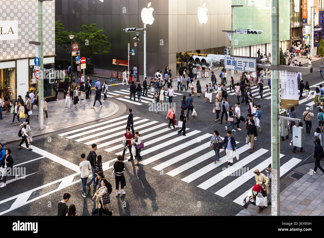 Tokio - 7. Mai 2017: Menschen wandern durch die Straßen von Ginza, das luxuriöse Einkaufsviertel in der Stockbild